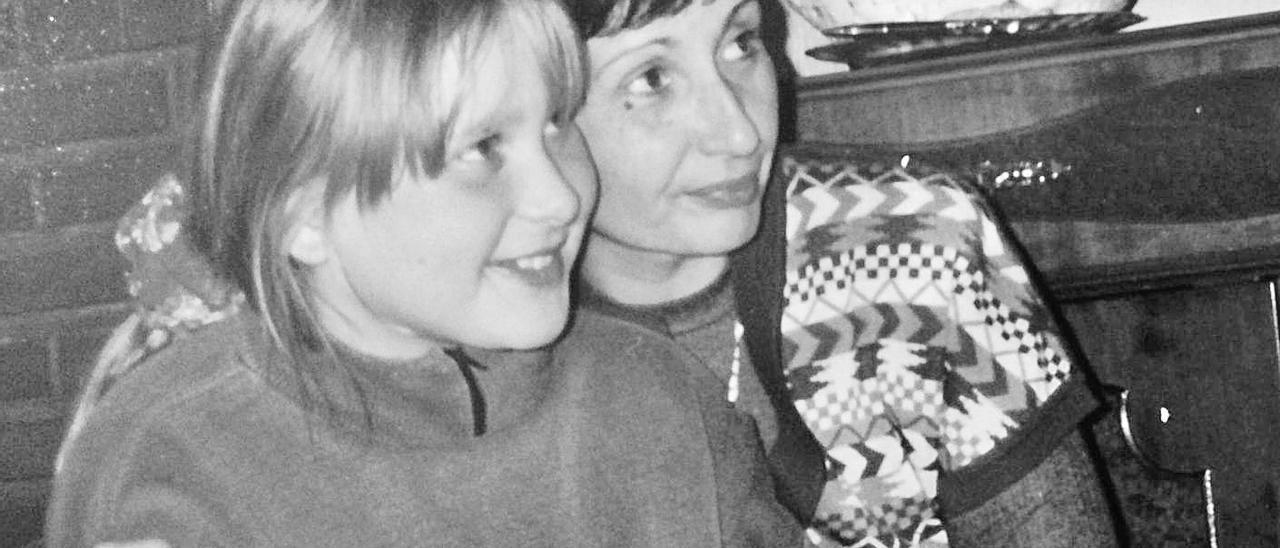 La fallecida Concha Muñoz, secretaria de la Asociación y «alma mater» del movimiento de acogida a los refugiados de los Balcanes en la provincia, abraza a una niña bosnia en el albergue de Biar a finales de 1991.