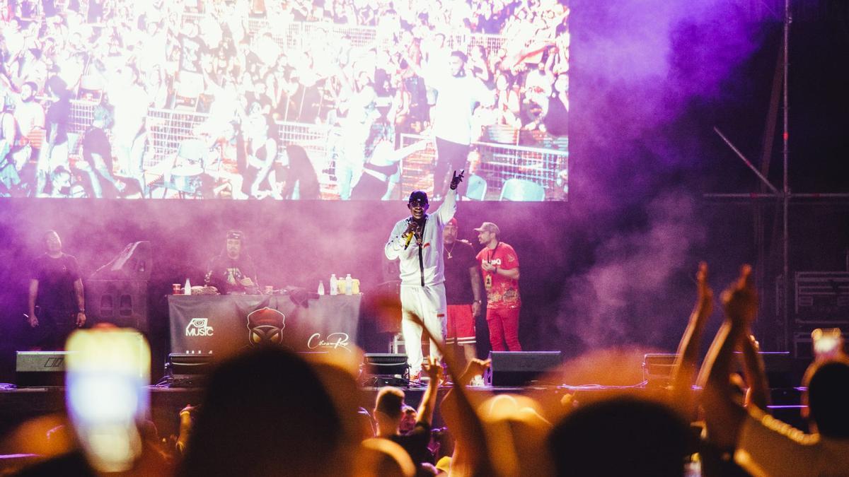 El cantante Ñengo Flow durante su actuación en el concierto del pasado domingo en el recinto de La Marina Sur de Valencia, con un total 'sould out'.