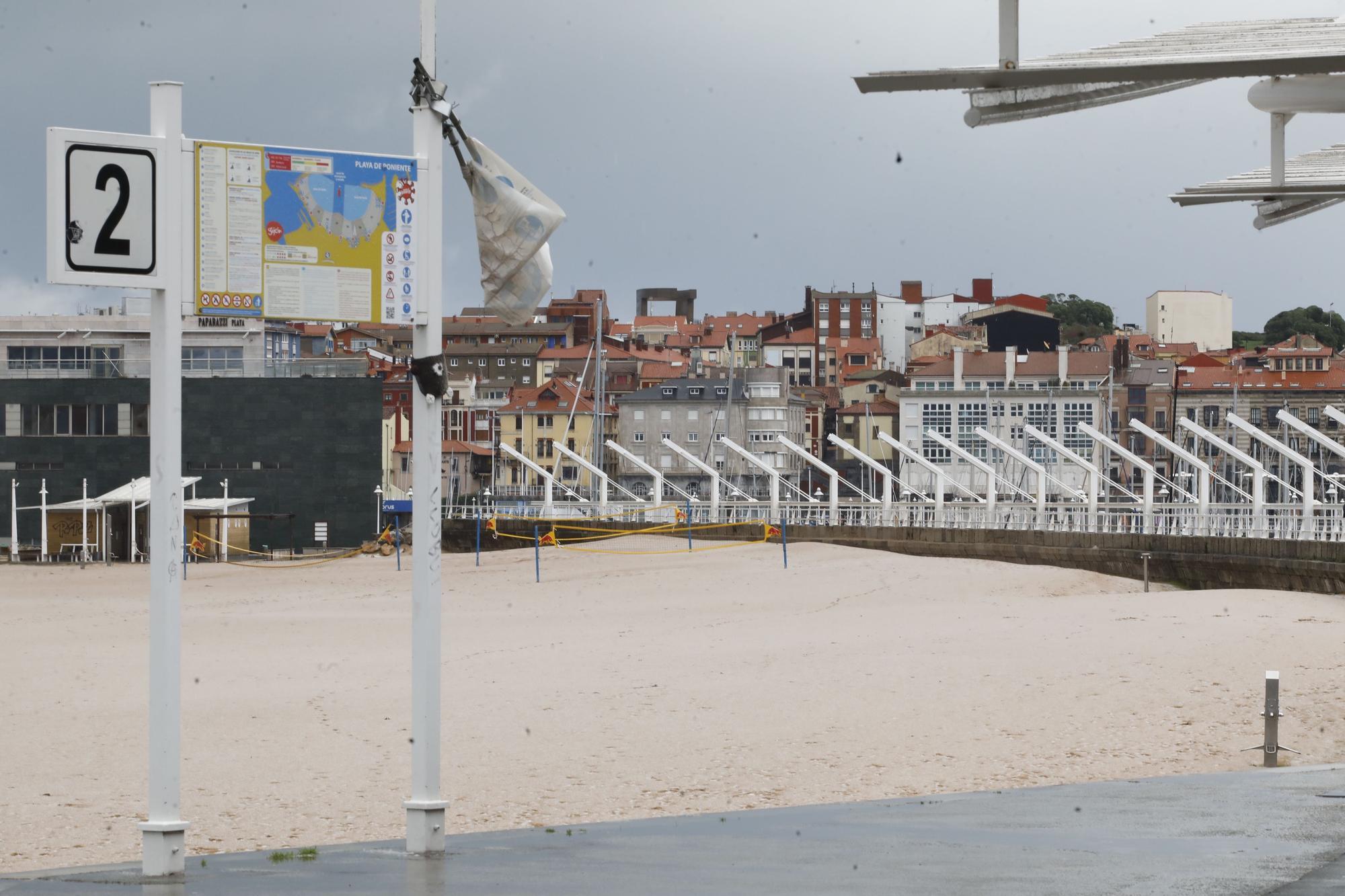El granizo cubre la playa de Poniente