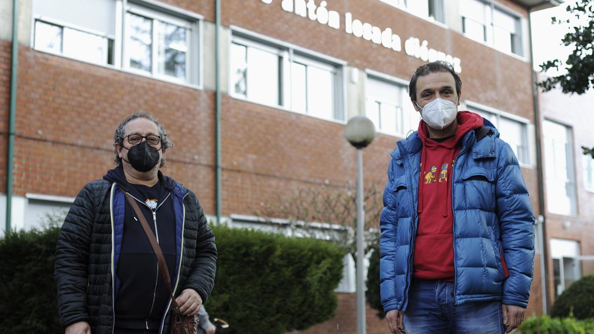 Los docentes Xosé Eixo y Afonso García, delante del IES Antón Losada Diéguez de A Estrada. // Bernabé / Javier Lalín