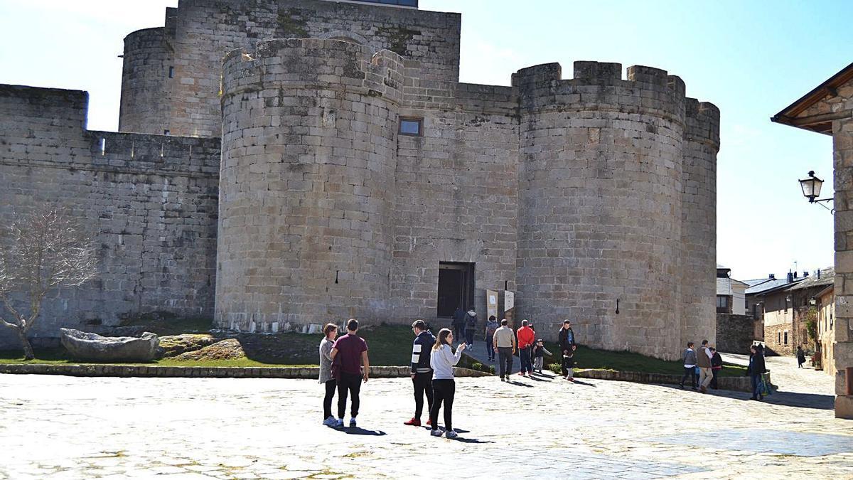 Turistas visitan el castillo de Puebla de Sanabria. | A. S.
