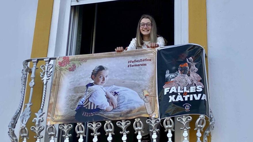 Pancartas con fotografías de falleras para recordar las fallas en Xàtiva