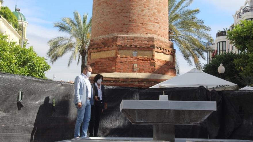 Infraestructuras repara la fuente de la Plaza Flor del  Olivo, en el Chimeneón