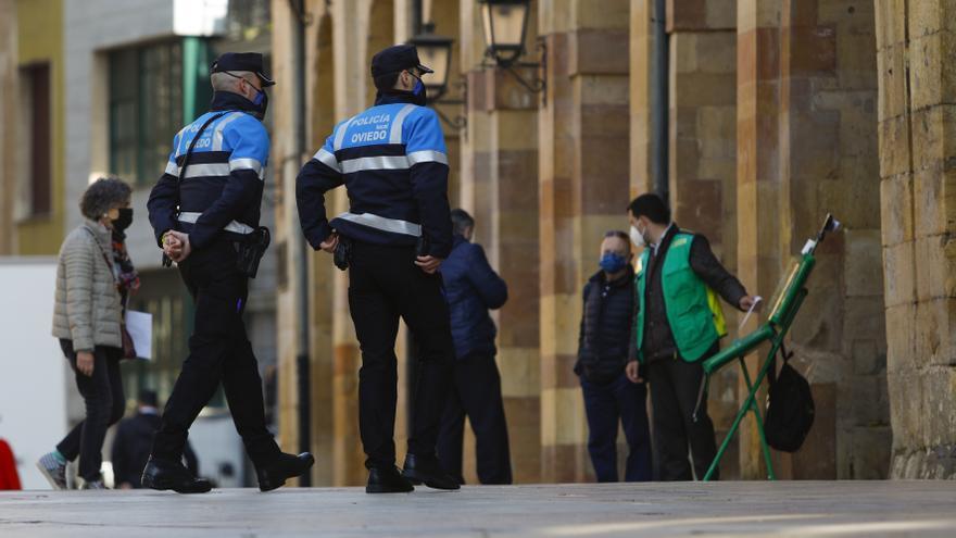 """La Policía de proximidad ya patrulla Oviedo: """"Los barrios lo necesitaban"""", dice Canteli"""