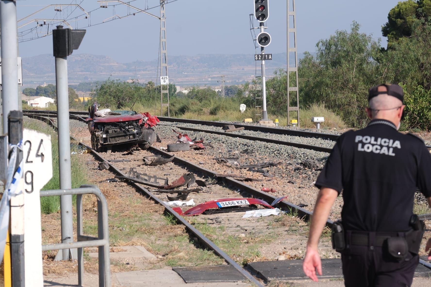 Accidente mortal en Novelda: un tren arrolla a cuatro personas que viajaban en un coche