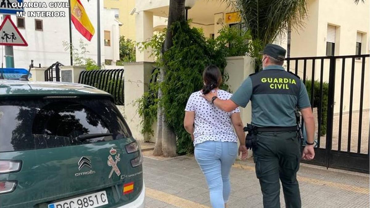 Una de las detenidas custodiada al entrar en el cuartel de Calp