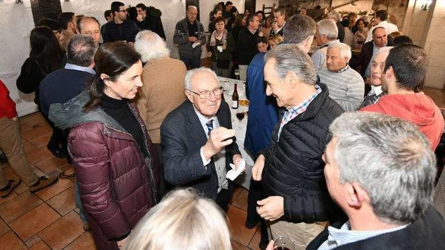 El pincho de Navidad del PP reúne a militantes de todas las edades