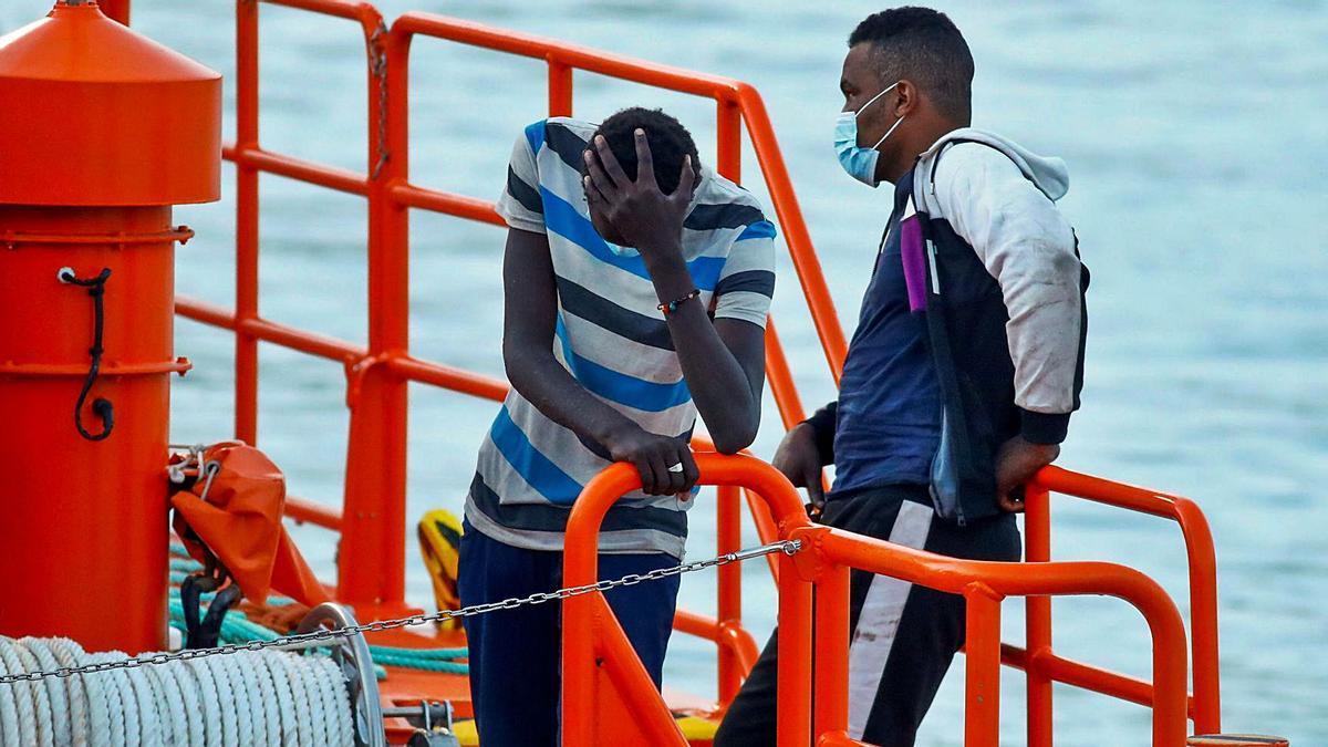 Algunos de los últimos inmigrantes llegados esta semana al muelle de Arguineguín.     BORJA SUÁREZ (REUTERS)