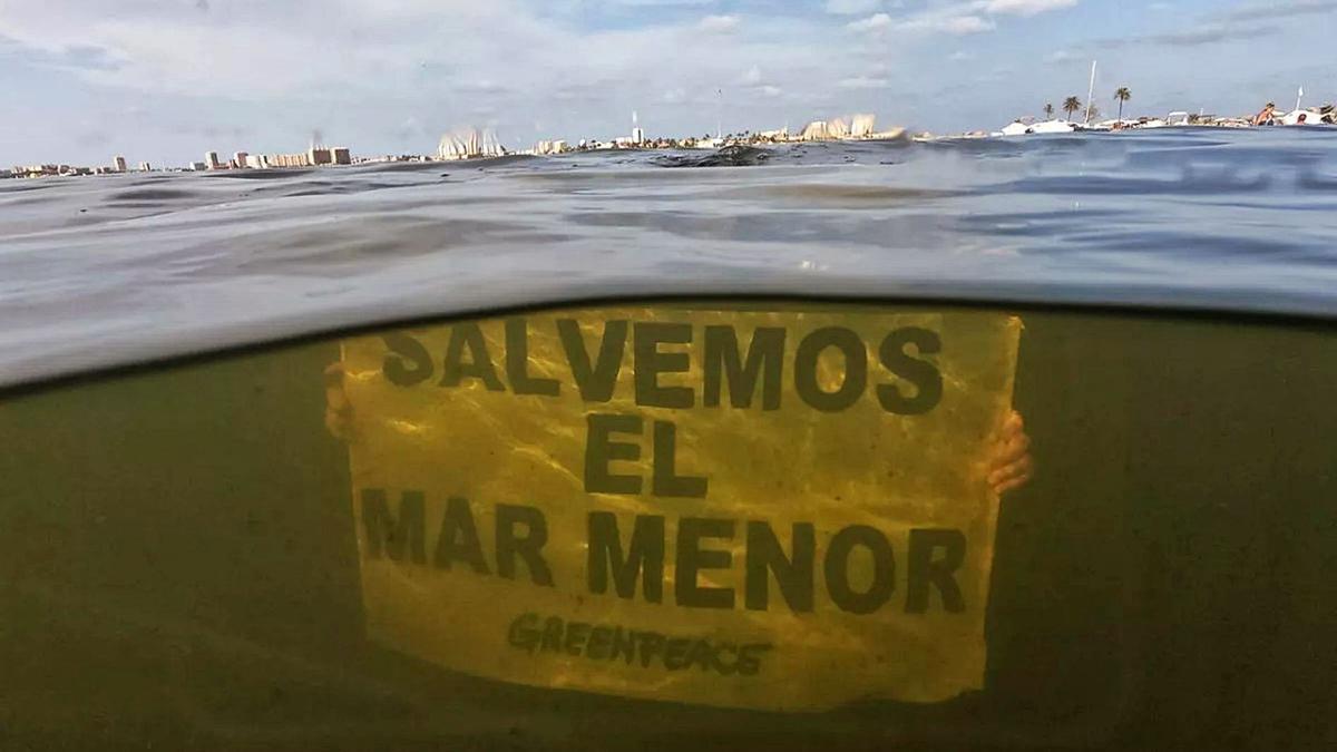 Un voluntario de Greenpeace protesta contra la situación del Mar Menor y muestra la falta de transparencia de sus aguas. | GREENPEACE