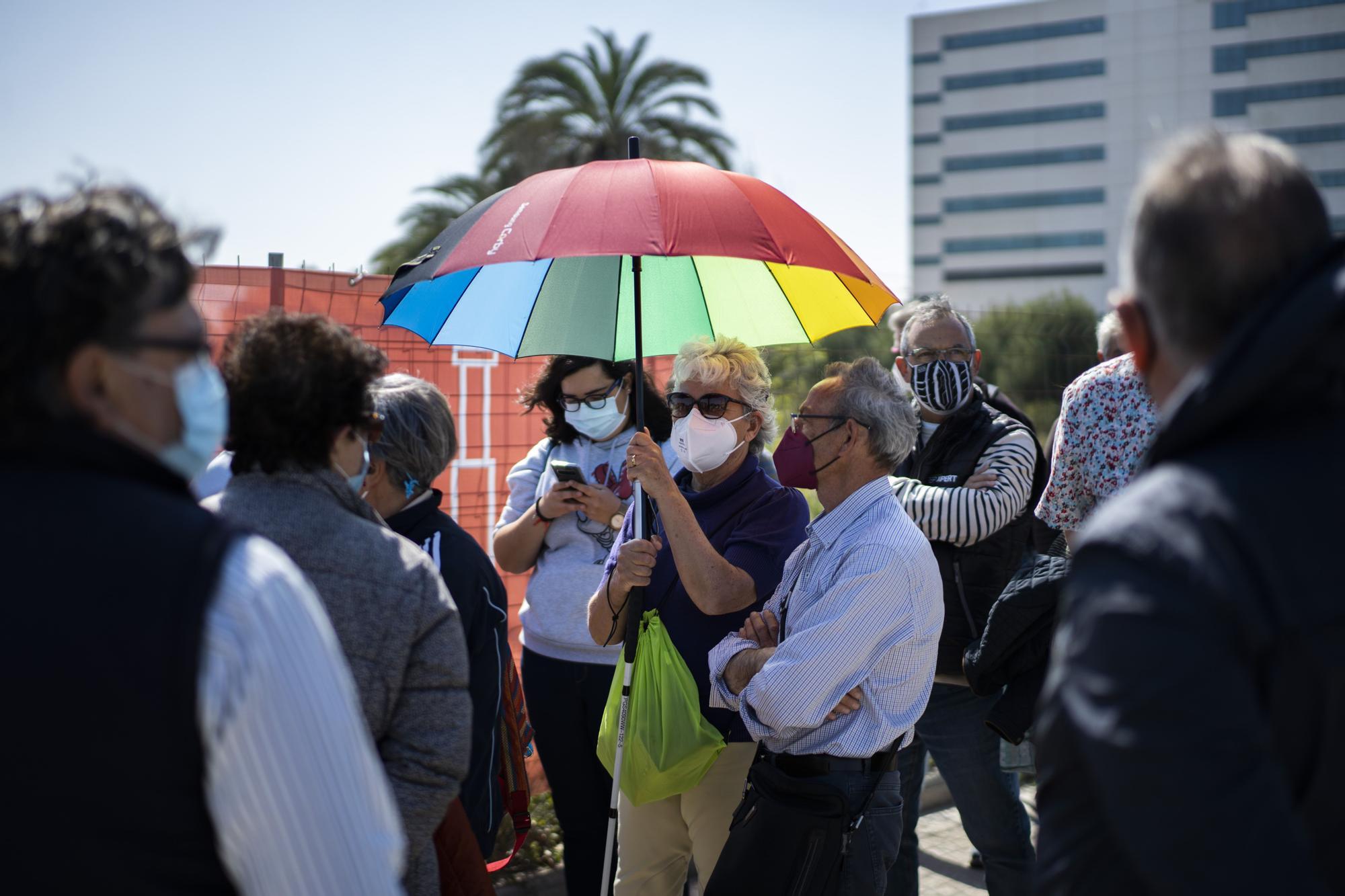 Largas colas al sol para vacunarse contra la COVID-19 en el hospital de campaña de La Fe