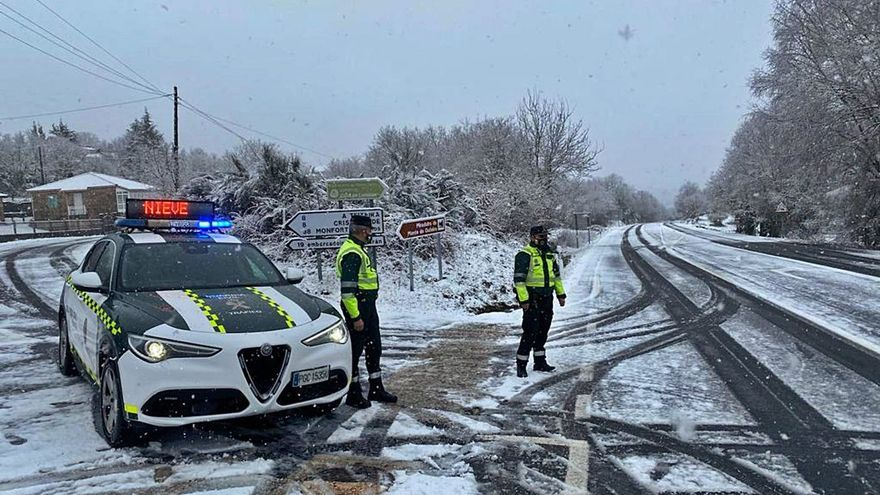 La nieve complica el tráfico y la lluvia obliga a activar la alerta por desbordamientos