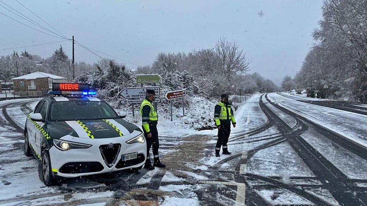 Agentes controlan el tráfico en  Ourense.  |  // E. P.