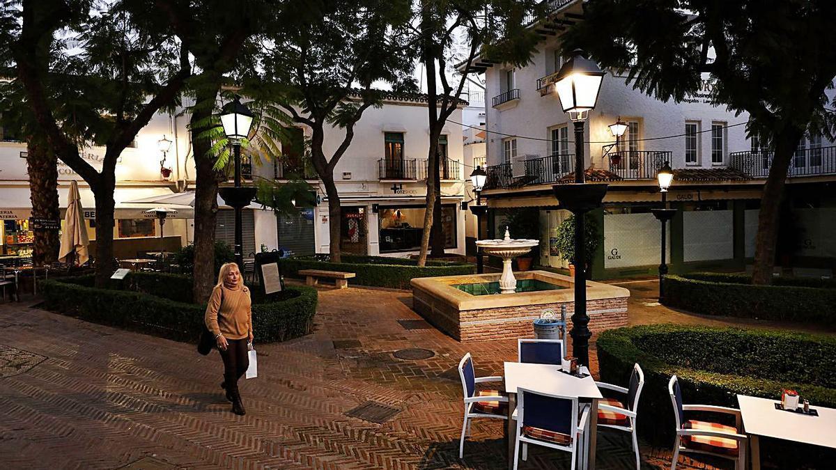 Una mujer pasea de noche por el Casco Antiguo de Marbella.