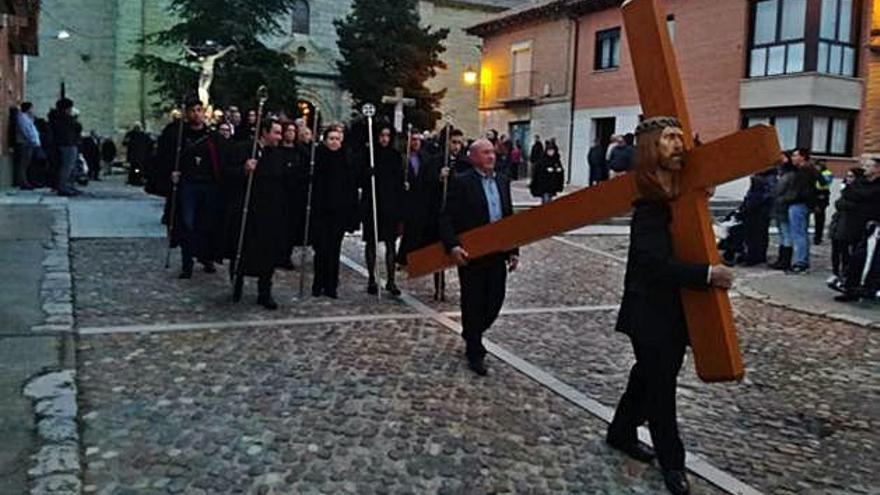 Tagarabuena renueva el fervor que siente por el Cristo de la Vera Cruz en su traslado procesional