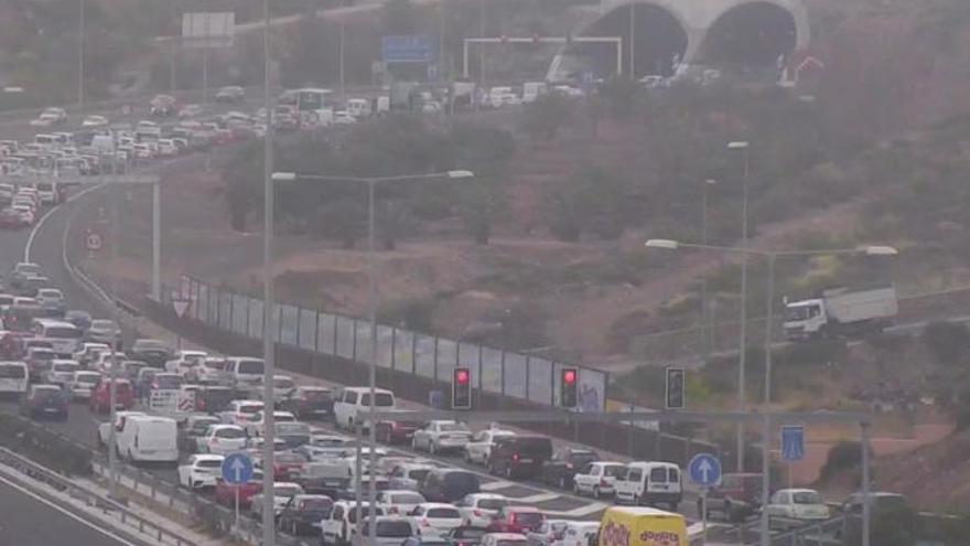 Un accidente en la zona del Hospital Negrín obliga a cerrar el túnel de La Ballena