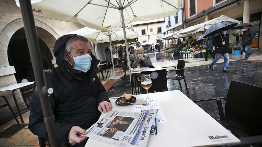Fin de semana en el Oviedo perimetrado: colas en el Fontán y vermús bajo la lluvia