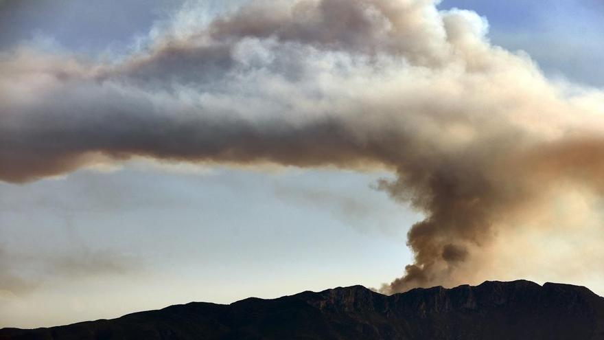 Declarados tres incendios forestales en el interior de Alicante