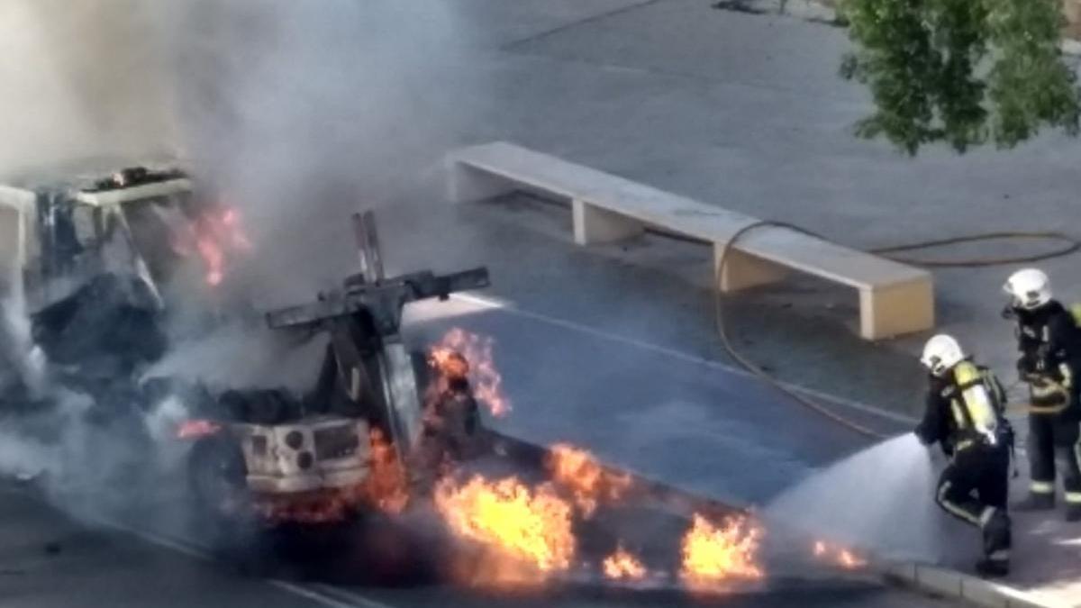 Los bomberos sofocan un aparatoso incendio de una grúa municipal en Ronda del Marrubial