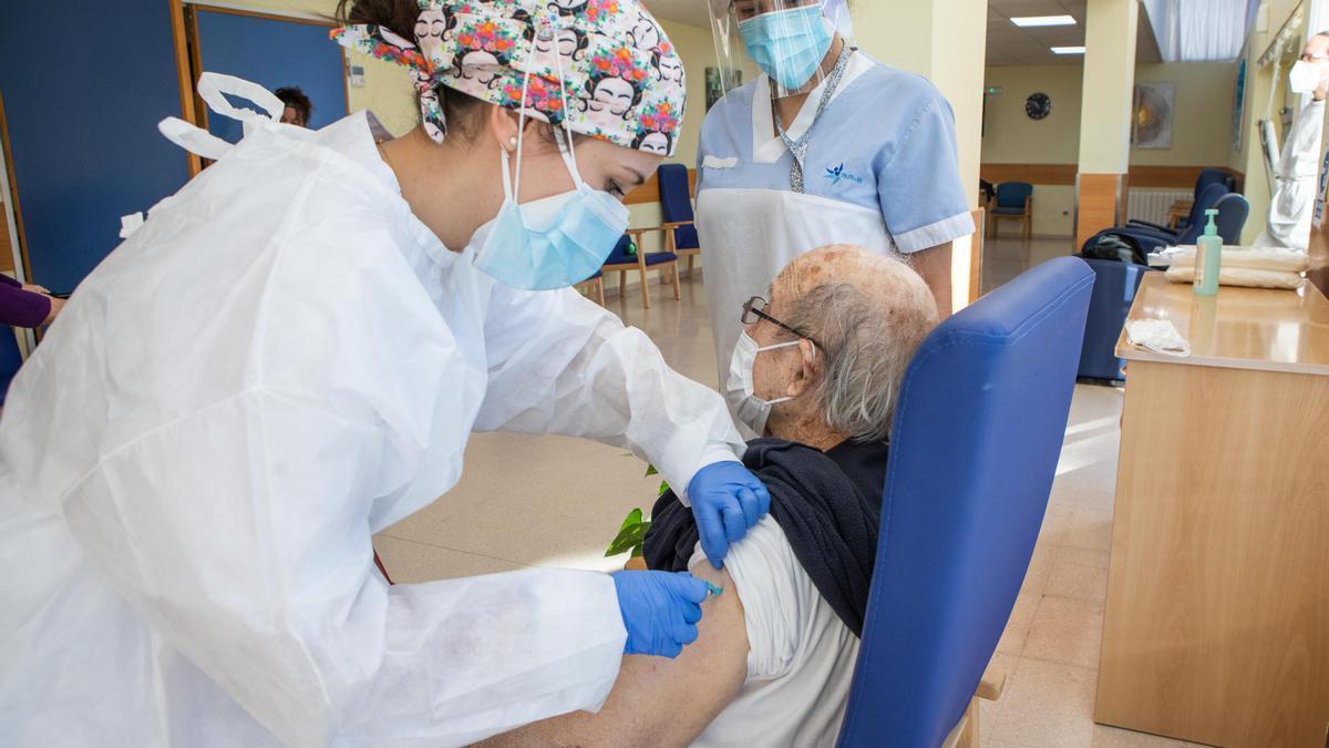 Una enfermera administra una dosis a un anciano en una residencia de Moncofa.