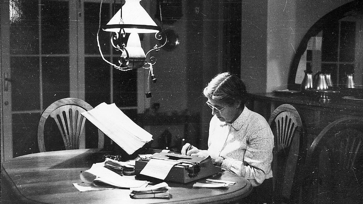 María Moliner, treballant amb màquina d'escriure.  arxiu família maria moliner