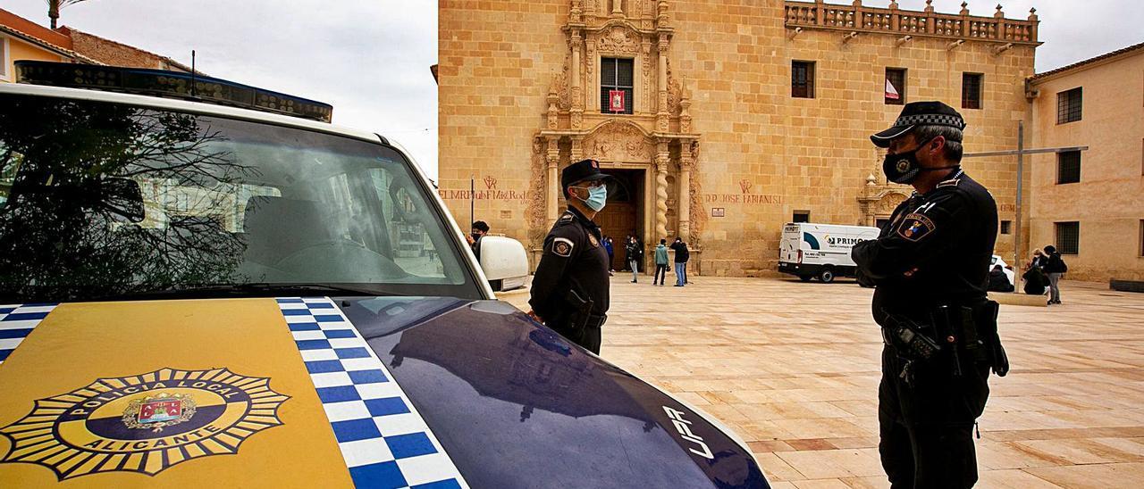 La Policía Local vigila la afluencia de fieles, ayer,  al monasterio.