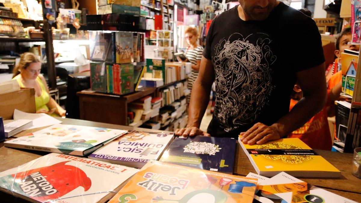Un cliente en una librería comprando libros de texto