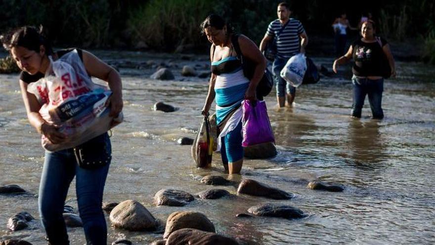 El cierre de fronteras lleva a los venezolanos a huir por trochas o por el mar