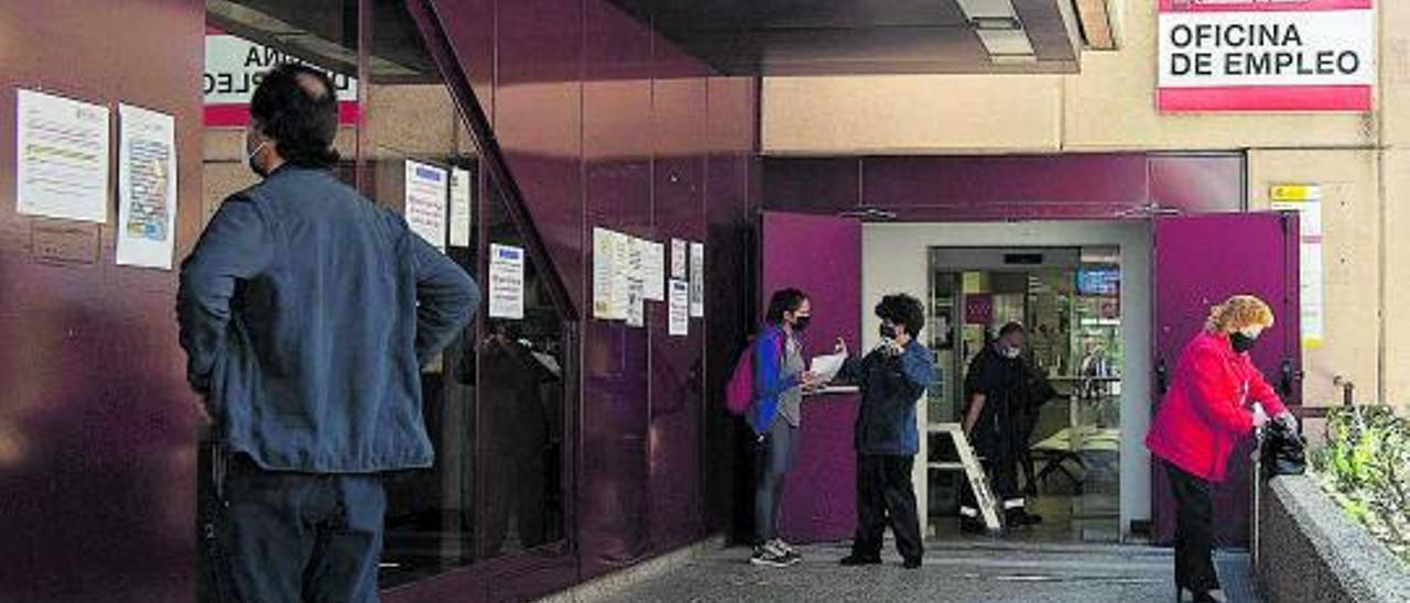 Personas en la puerta de una oficina del SEPE.  