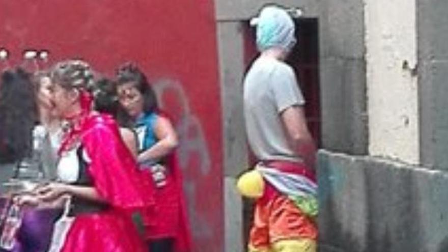 Orines y basura después del Carnaval de Día en Vegueta y Triana