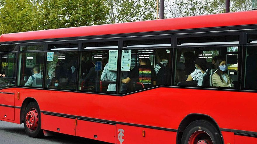 Tranvías reajusta las frecuencias del bus universitario por los llenos en horas punta