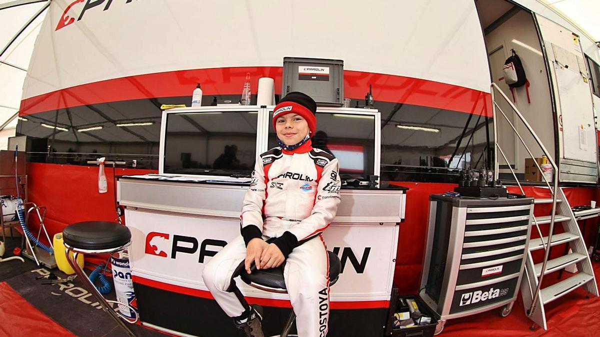 El piloto silledense Christian Costoya posa junto al motorhome del equipo Parolin. |  // PAROLIN MOTORSPORT
