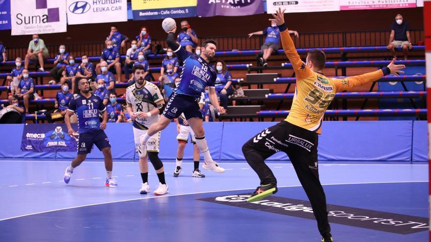 El BM Benidorm pierde con el Ángel Ximénez en un partido vibrante (27-30)