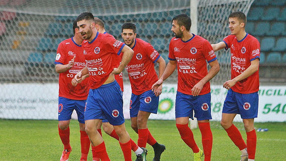 Los jugadores de la Unión Deportiva Ourense, tras la celebración de un gol en O Couto. |  // IÑAKI OSORIO