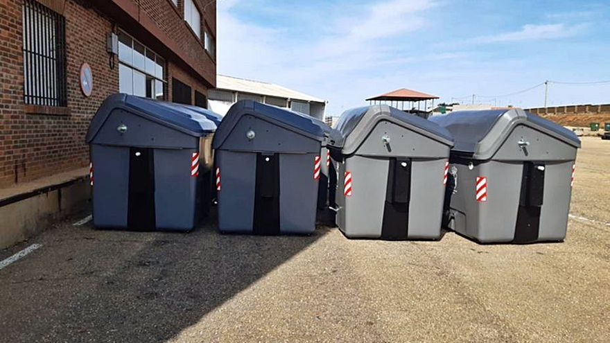 Los 58 nuevos contenedores de carga lateral en Benavente disponen de pedal de apertura