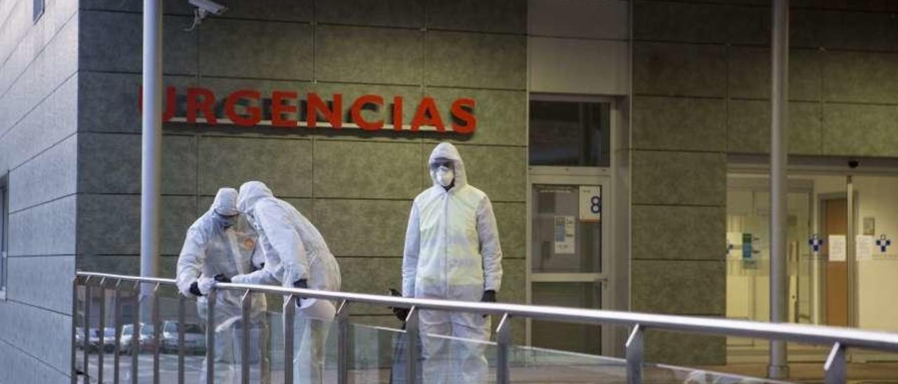 Militares desinfectan la zona de la entrada a Urgencias del Hospital Álvarez-Buylla de Mieres.