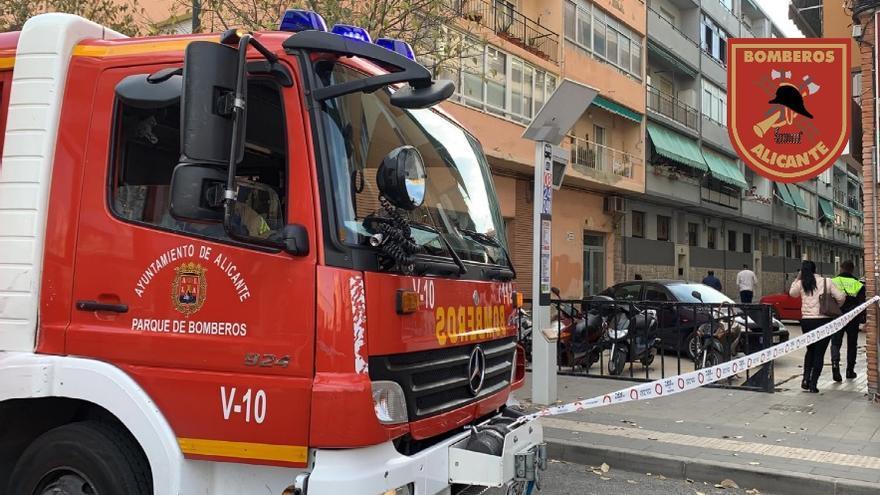 Los bomberos extinguen un virulento incendio que calcina una vivienda en Alicante