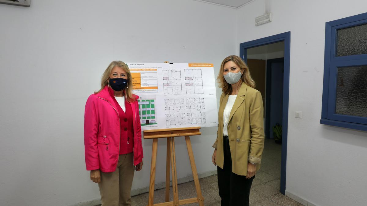 La alcaldesa de Marbella, Ángeles Muñoz, y la secretaria general de Vivienda de la Junta de Andalucía, Alicia Martínez, en la antigua sede de la Escuela Oficial de Idiomas.