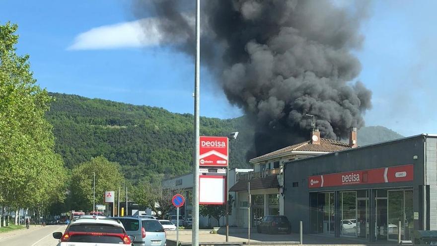 Un incendi afecta el taller d'un concessionari de cotxes d'Olot