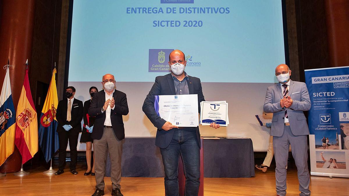 El Cabildo entrega   premios de calidad turística y sanitaria a 86 empresas