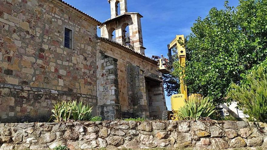 El campanario de la iglesia de Tardobispo estrena tejado