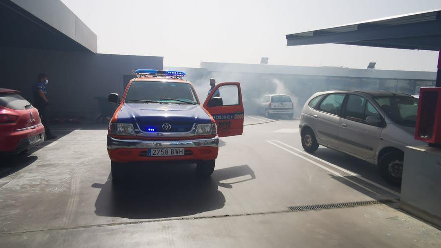 Un vehículo se incendia en el parquin de un supermercado en Ingenio