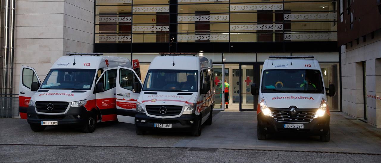 Varias ambulancias tras un traslado de pacientes al centro de Barros.