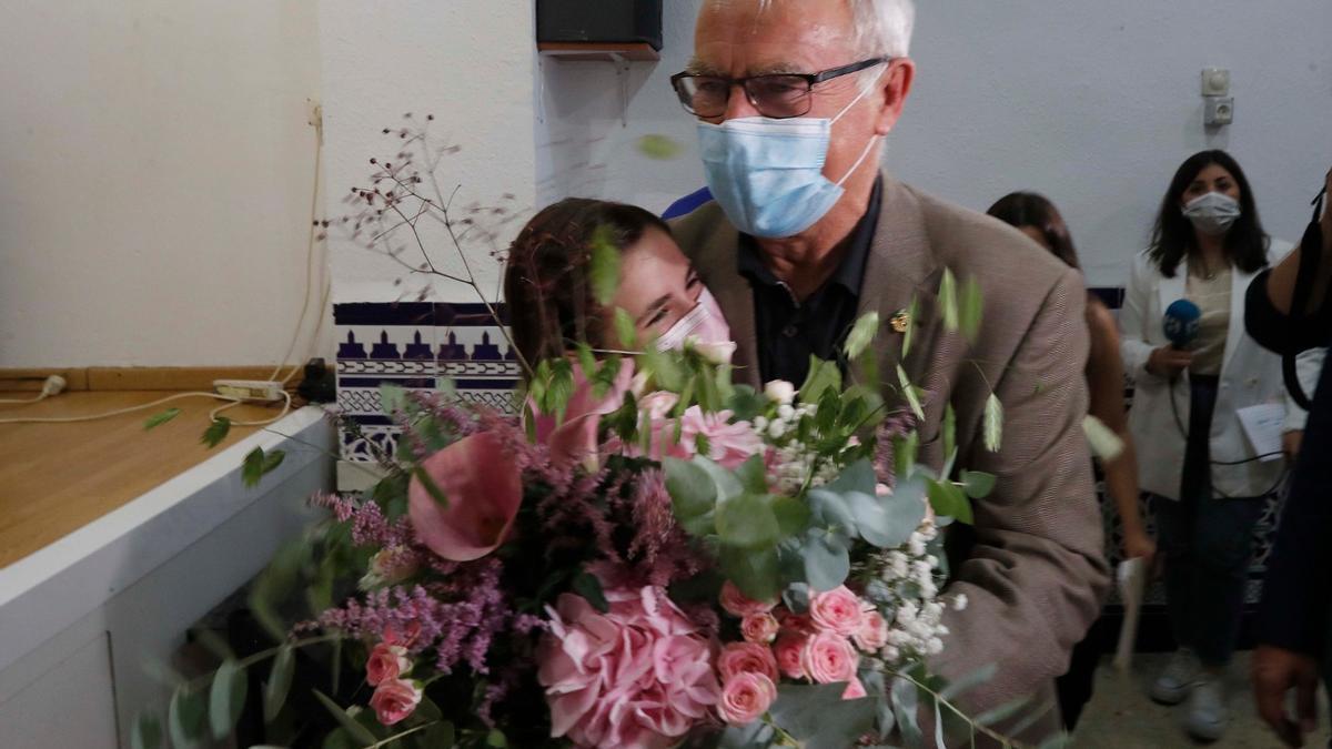 El alcalde abraza a la nueva fallera mayor infantil de València en el casal de la pequeña
