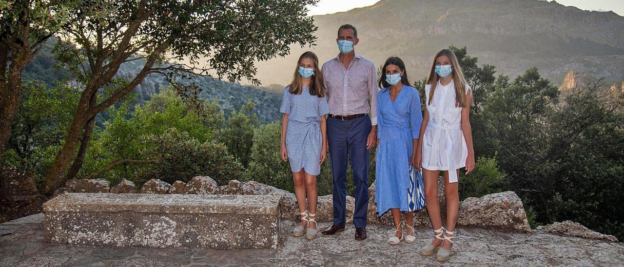 Los Reyes y sus hijas, ayer ante los medios en el primer posado de este verano en Mallorca.   GUILLEM BOSCH