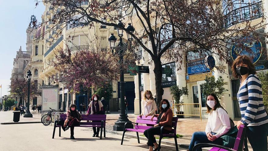 Bancos morados en la Plaza del Auntamiento para el Día de la Mujer