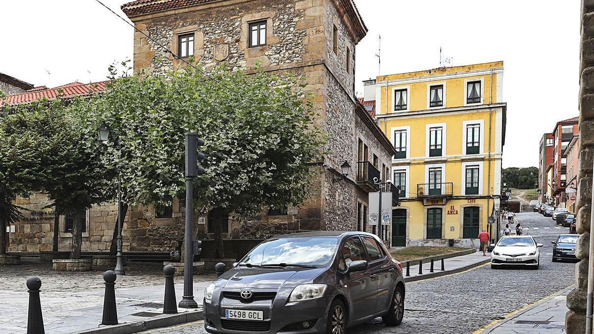 Coches por la calle Escultor Sebastián Miranda, en Cimadevilla.   Julián Rus