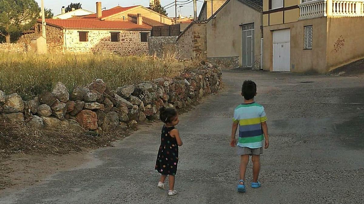 Dos de los niños que se acaban de instalar en Tardobispo.