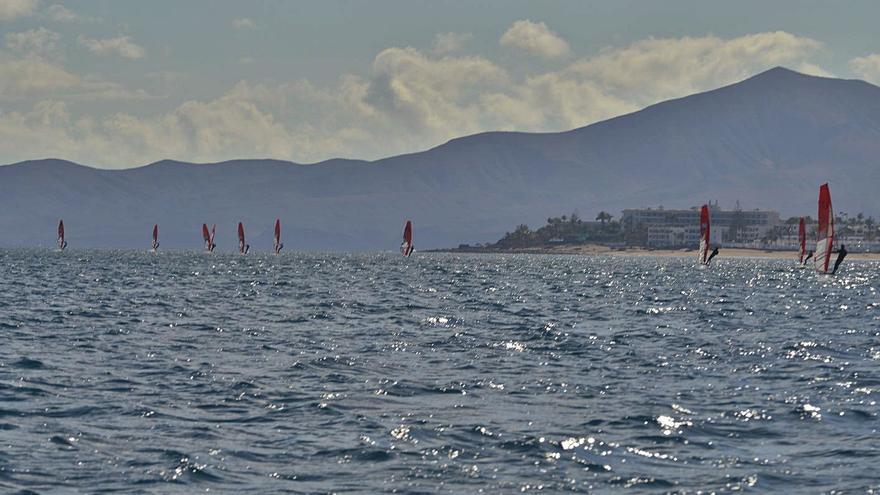 Lanzarote estrena su regata en windsurf foil