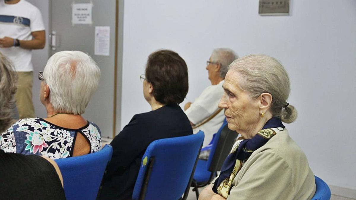 Una mujer mayor acude a uno de los talleres para desarrollar el sistema Dial. | LEVANTE-EMV