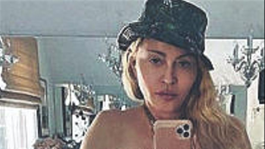 Madonna vuelve a desafiar a Instagram con un posado desnudo y con muleta